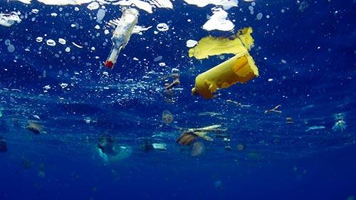 8 milhões de toneladas de plástico acabam nos oceanos